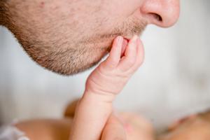 早产儿吃完奶打嗝怎么办
